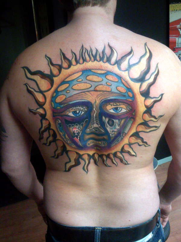 Татуировка солнца на спине фото