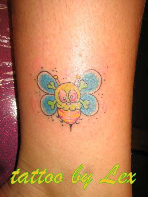 bee tattoo by Lex Collins tattoo