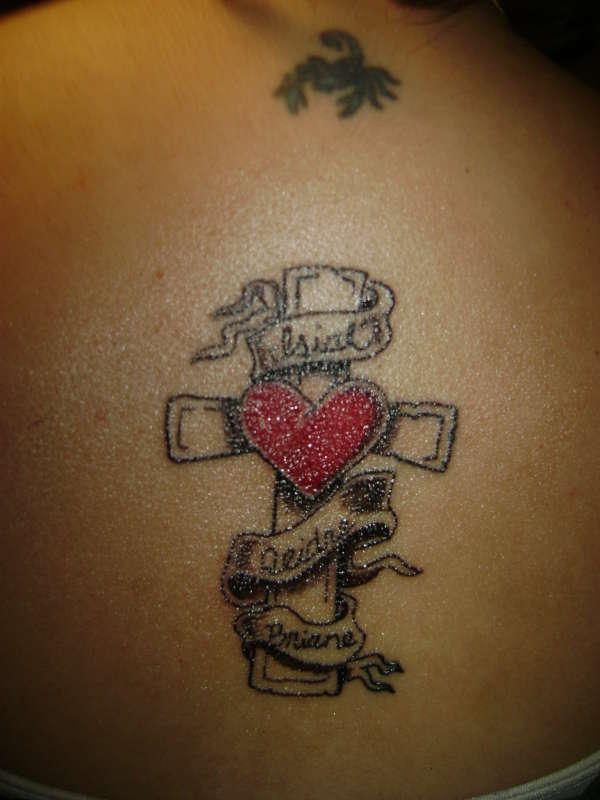 Тату с сердцем и крестом